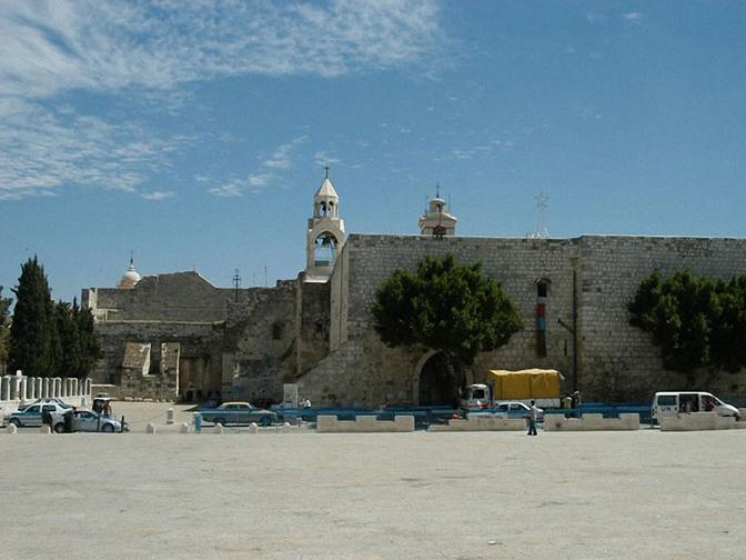Khu nhà thờ Giáng Sinh nhìn từ quảng trường Máng Cỏ (Manger Square)