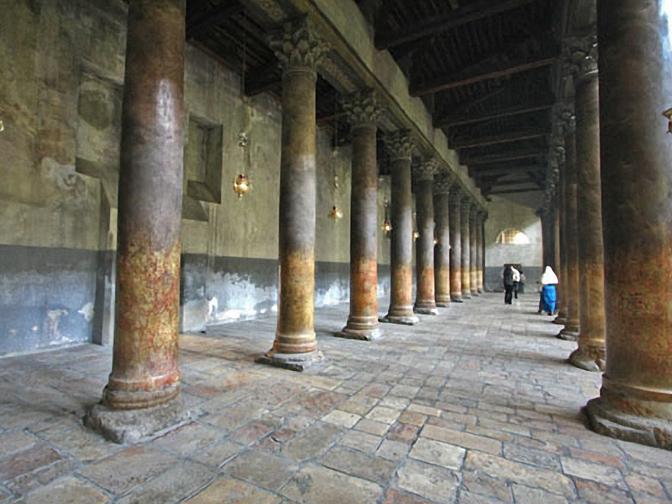 Các hàng cột bên trong nhà thờ